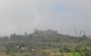 A histórica Trancoso e seu castelo sob a névoa.