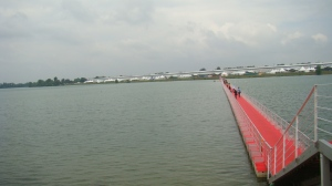 Vista do lago e da feira. O lado esquerdo. O lado direito da ponte tem outro tanto...