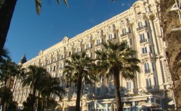 Hoje a Croisette conta com alguns dos melhores hotéis do mundo como por exemplo o Ritz Carlton. Na época Napoleão dormiu na areia mesmo.
