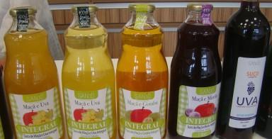 Suco de uva, de maçã e de maçã com uva, além de outras variedades.