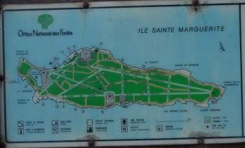 A ilha é bem sinalizada, assim pode-se caminhar com tranquilidade.