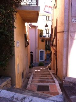 """As ruelas estreitas da cidade antiga escondem história e contrastam com a badalação da Cannes """"nova""""."""