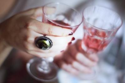 wine_rose_cheers_ring